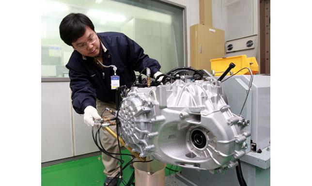 hyundai-engineer-testing-new-6-speed-transaxle