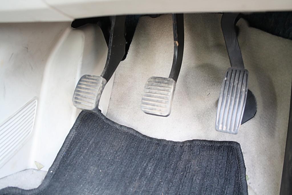 2012 Fiat Linea pedals