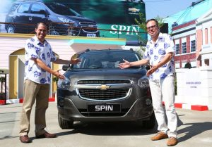 Mr. Martin Apfel and Mr. Gustavo Colossi with the Chevrolet Spin