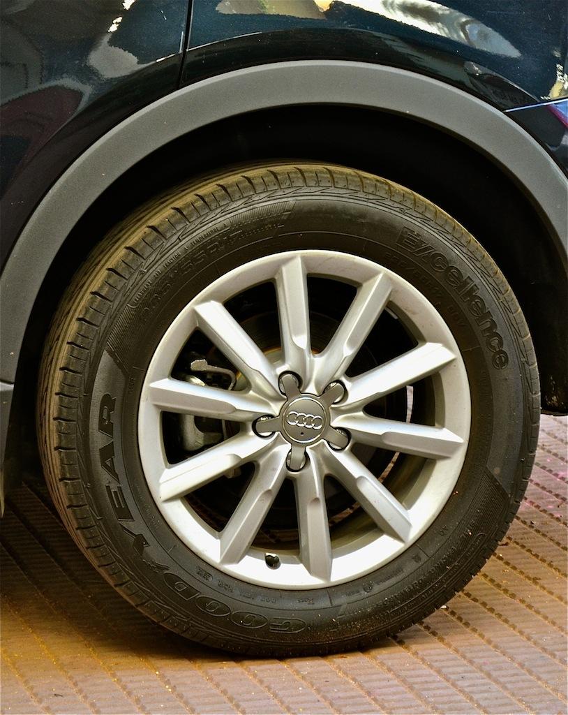 Alloy wheels of Audi Q3 petrol