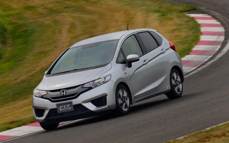 2014-Honda-Jazz-Fit-Hybrid-front-three-quarter-turn