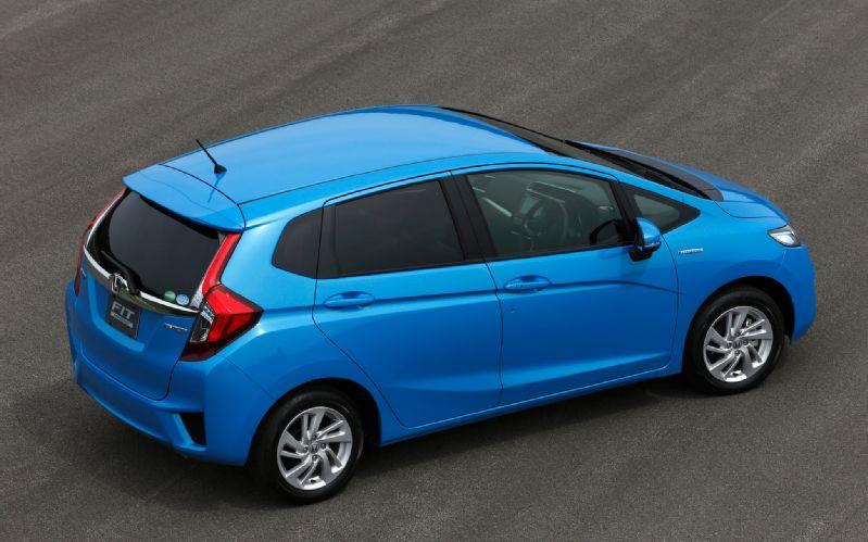 2014-Honda-Jazz-Fit-Hybrid-rear-three-quarters-02