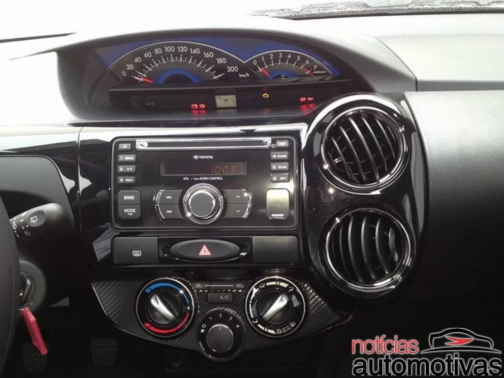 2014 Toyota Etios Brazil - centre console