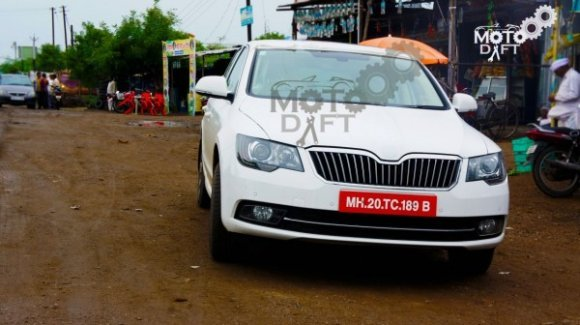 Refreshed 2014 Skoda Superb spied in India