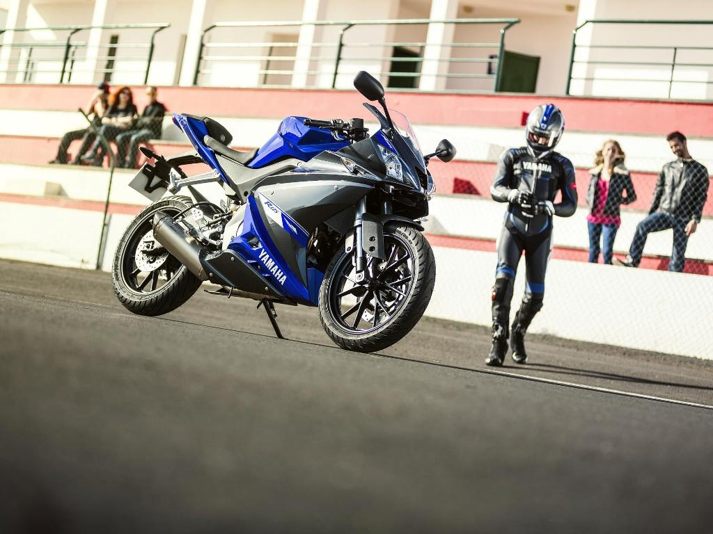 2014 Yamaha YZF-R125 front three quarter detail press shot