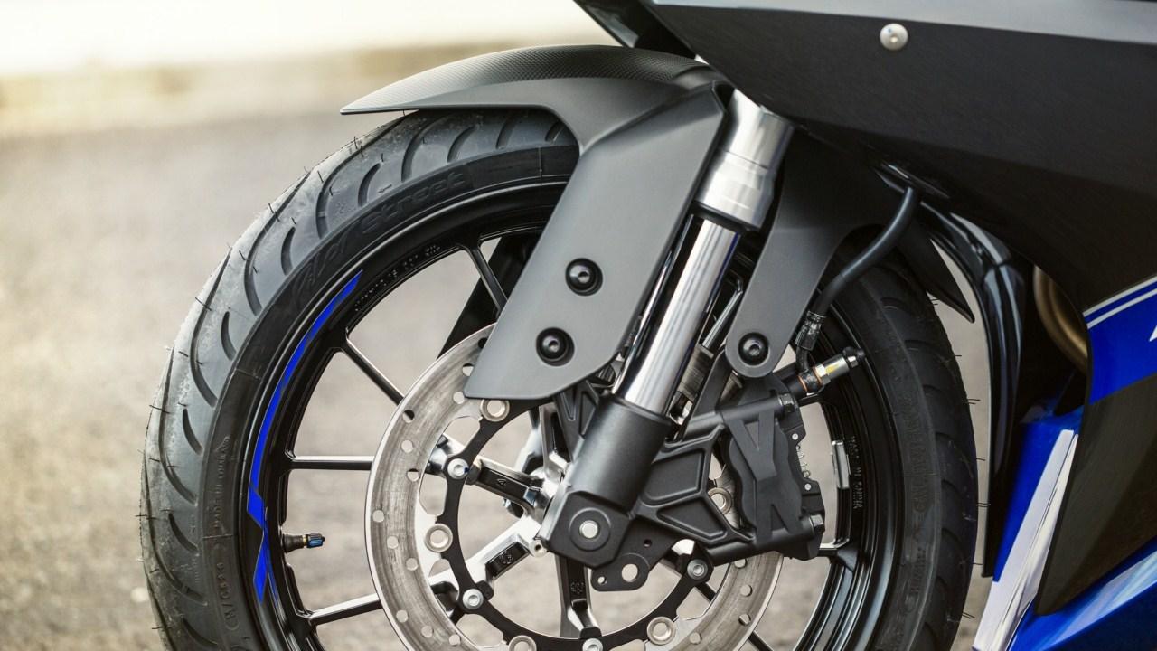2014 Yamaha YZF-R125 inverted rod front suspension detail press shot
