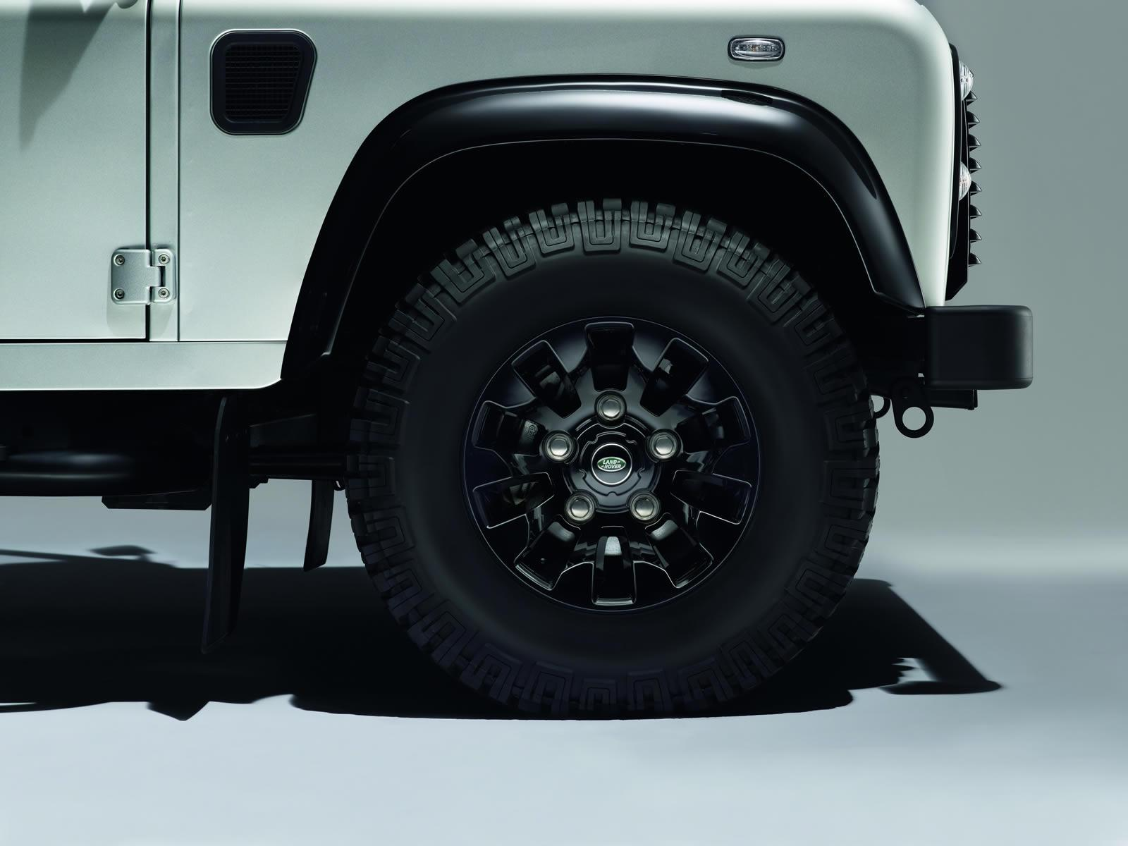 Land Rover Defender Black Pack saw tooth alloy