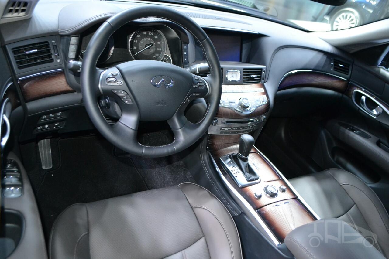 2015 Infiniti Q70L at 2014 NY Auto Show interior