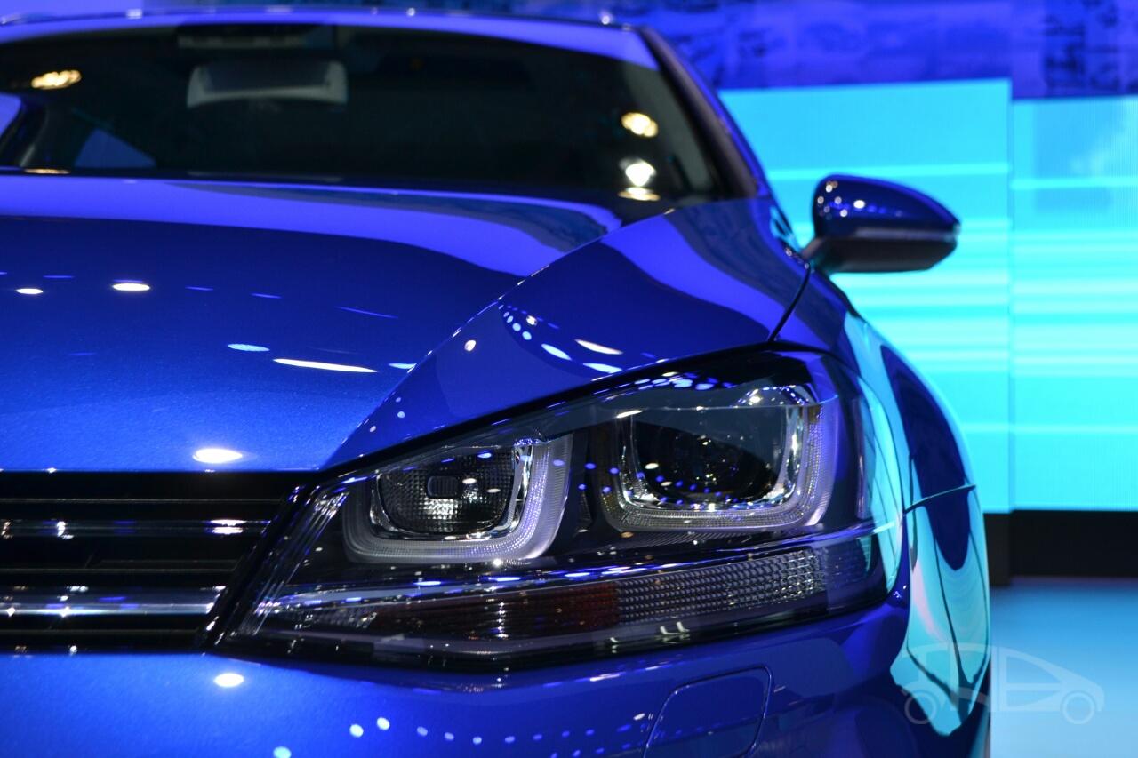 2015 VW Golf Sportwagen at 2014 NY Auto Show headlight