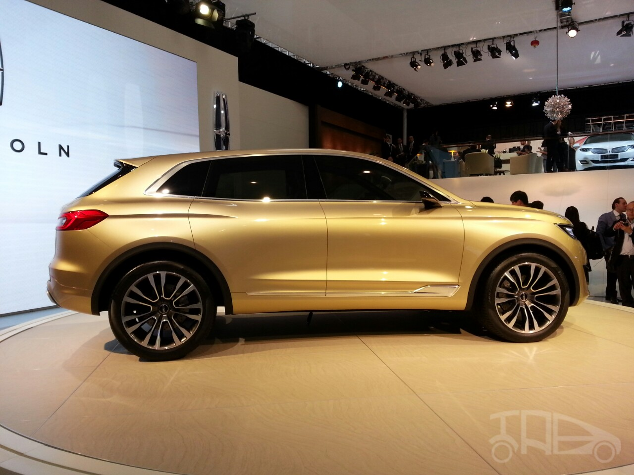 https://img.indianautosblog.com/2014/04/Lincoln-MKX-Concept-profile-at-Auto-China-2014.jpg