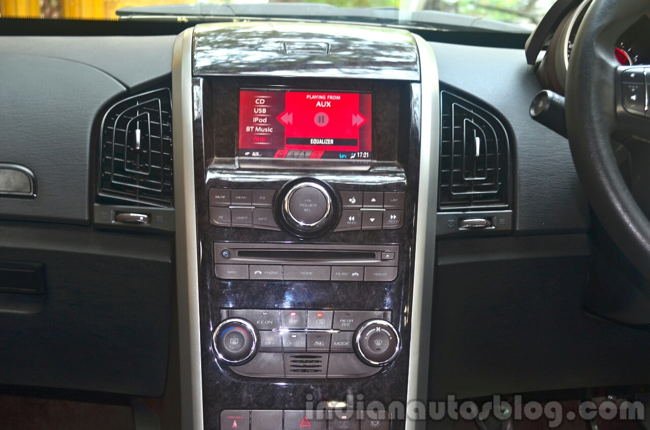 2014 Mahindra XUV500 Review center console