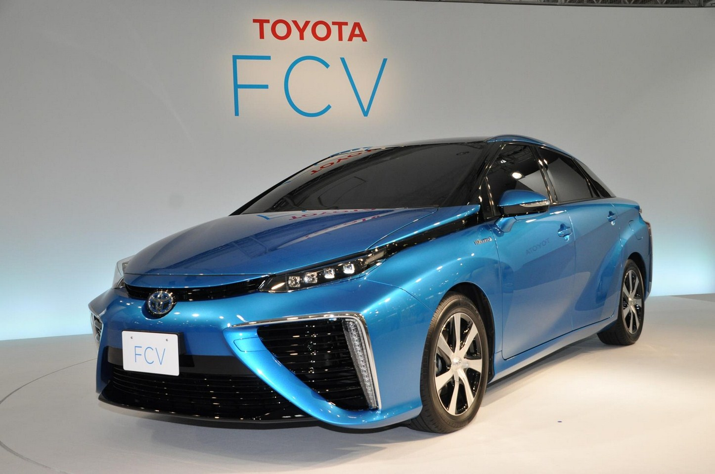 Toyota FCV sedan official image front three quarter