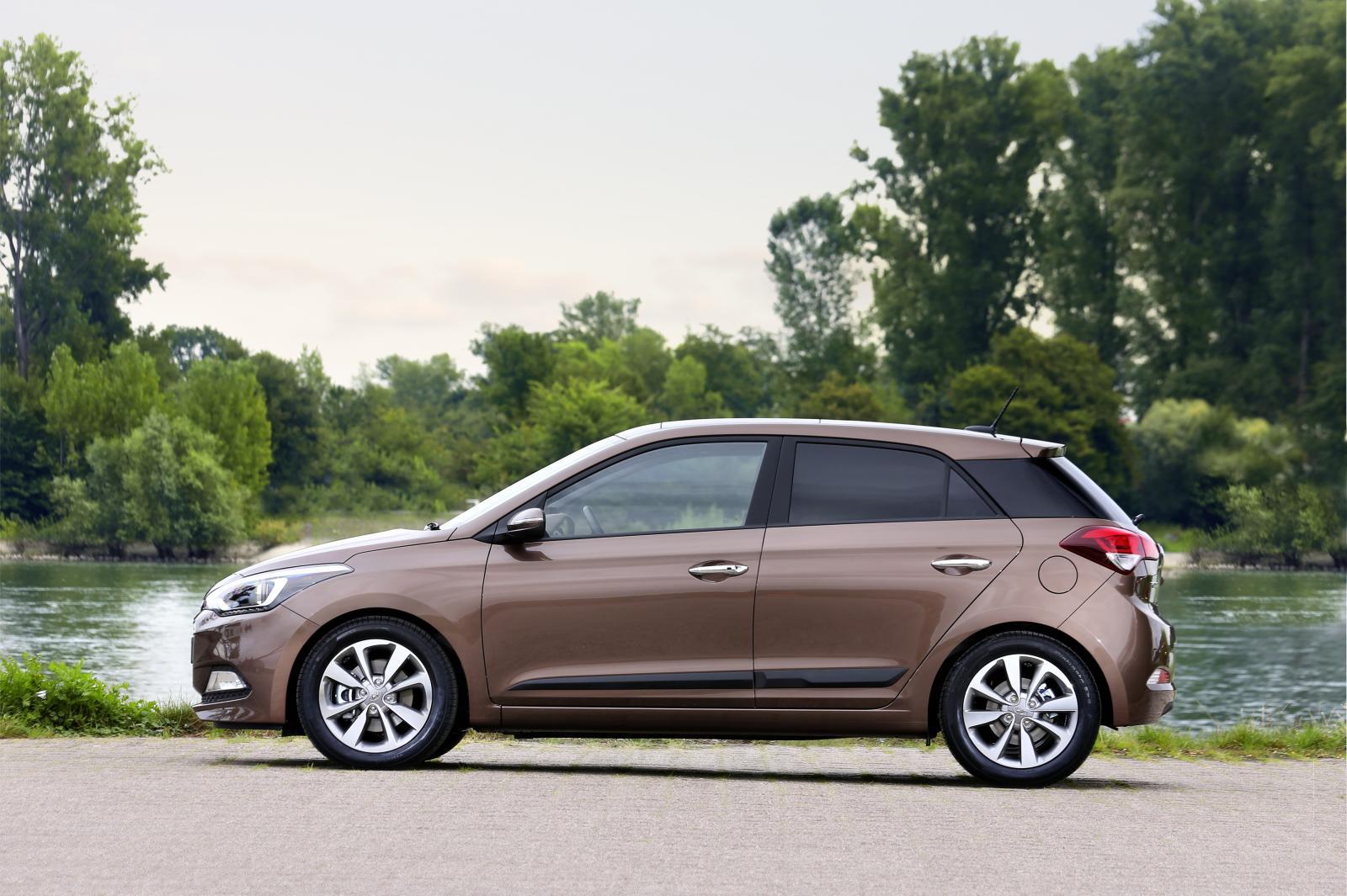 2015 Hyundai i20 Europe press shot side