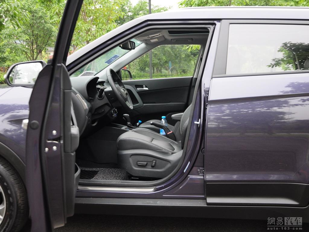 Production Hyundai ix25 images front seat