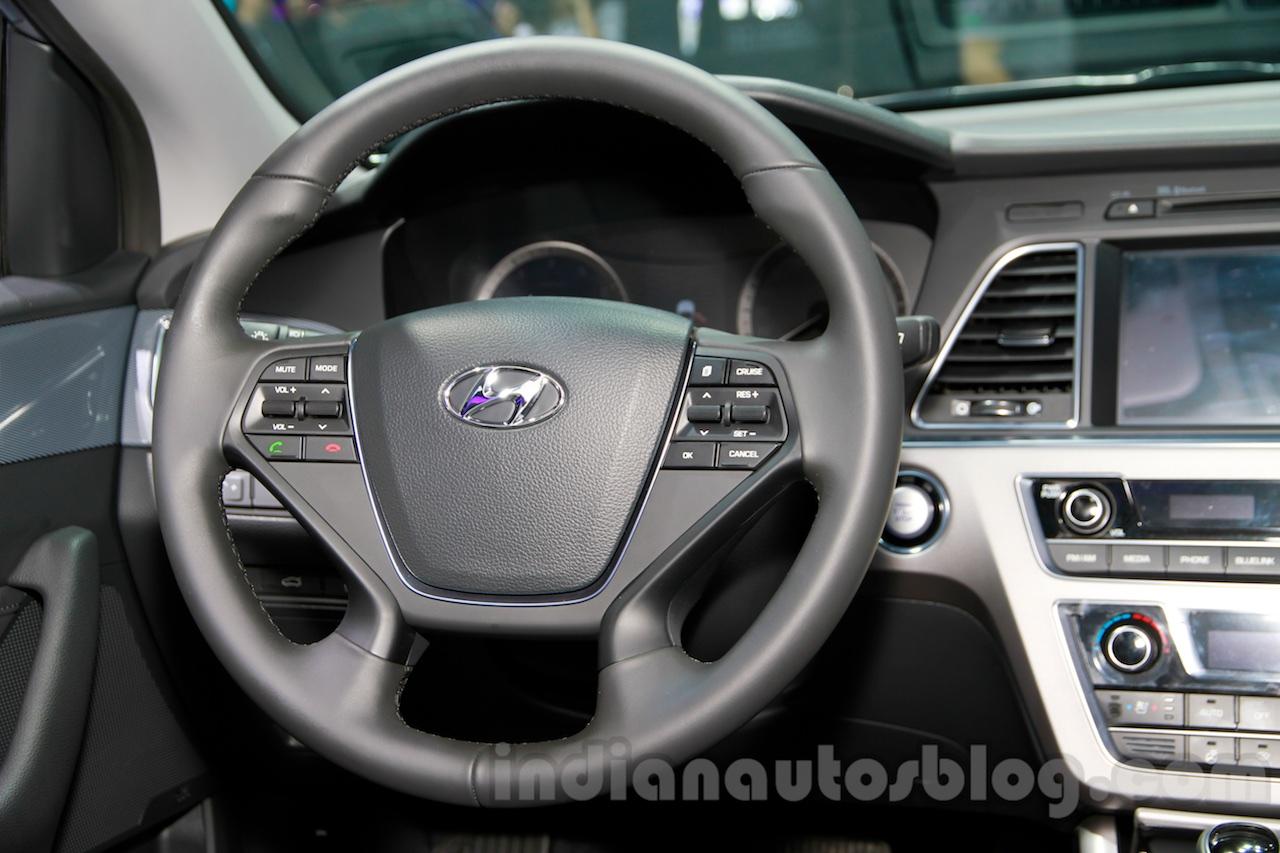 2015 Hyundai Sonata steering wheel at 2014 Guangzhou Motor Show