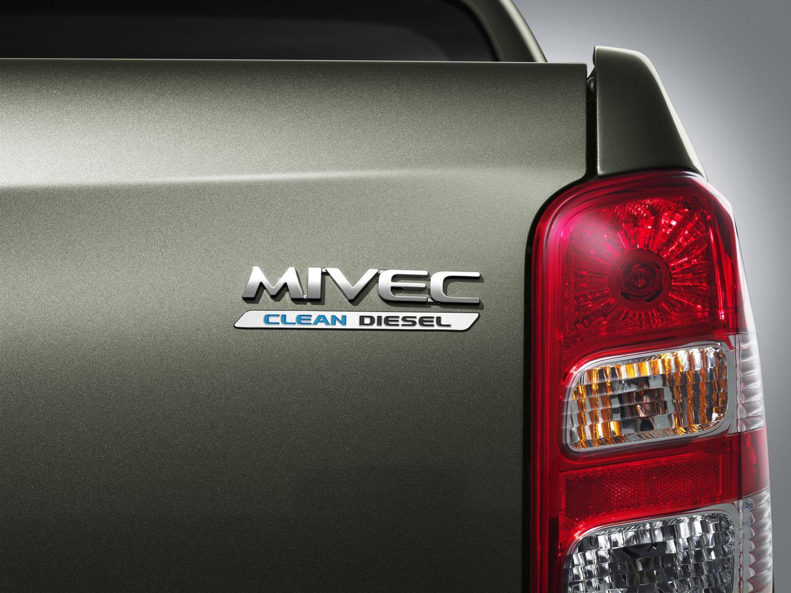 2015 Mitsubishi Triton badge