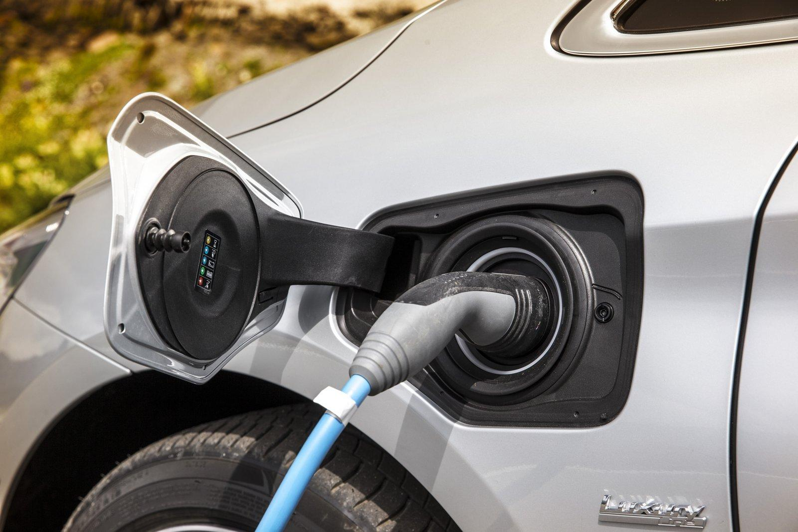 2015 BMW 225xe PHEV Active Tourer charging port unveiled