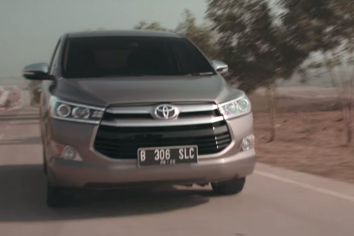 2016 Toyota Innova front tracking shot