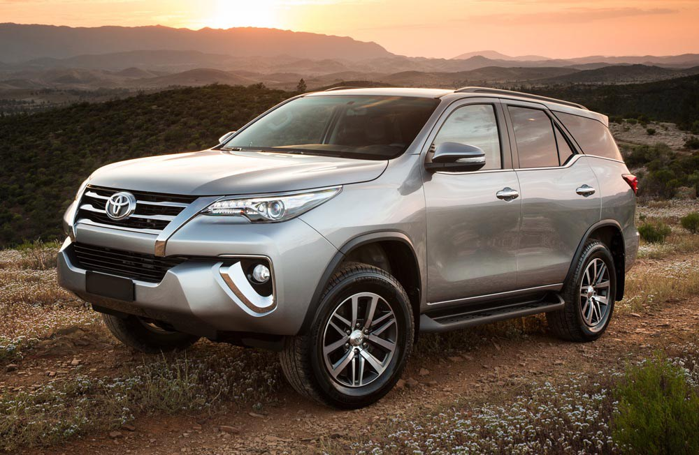 2016 Toyota SW4 (Fortuner) front three quarter launched in Argentina