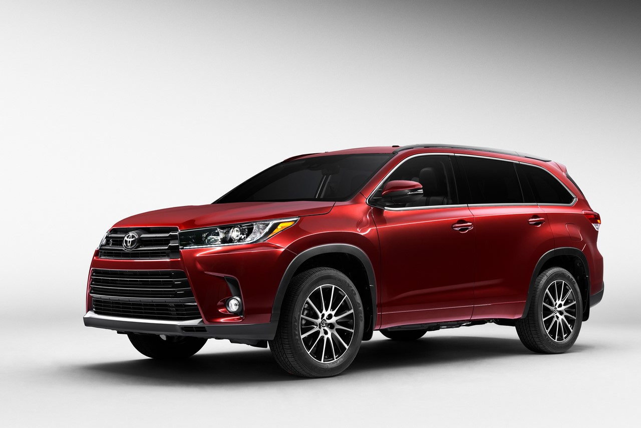 2017 Toyota Highlander front three quarters