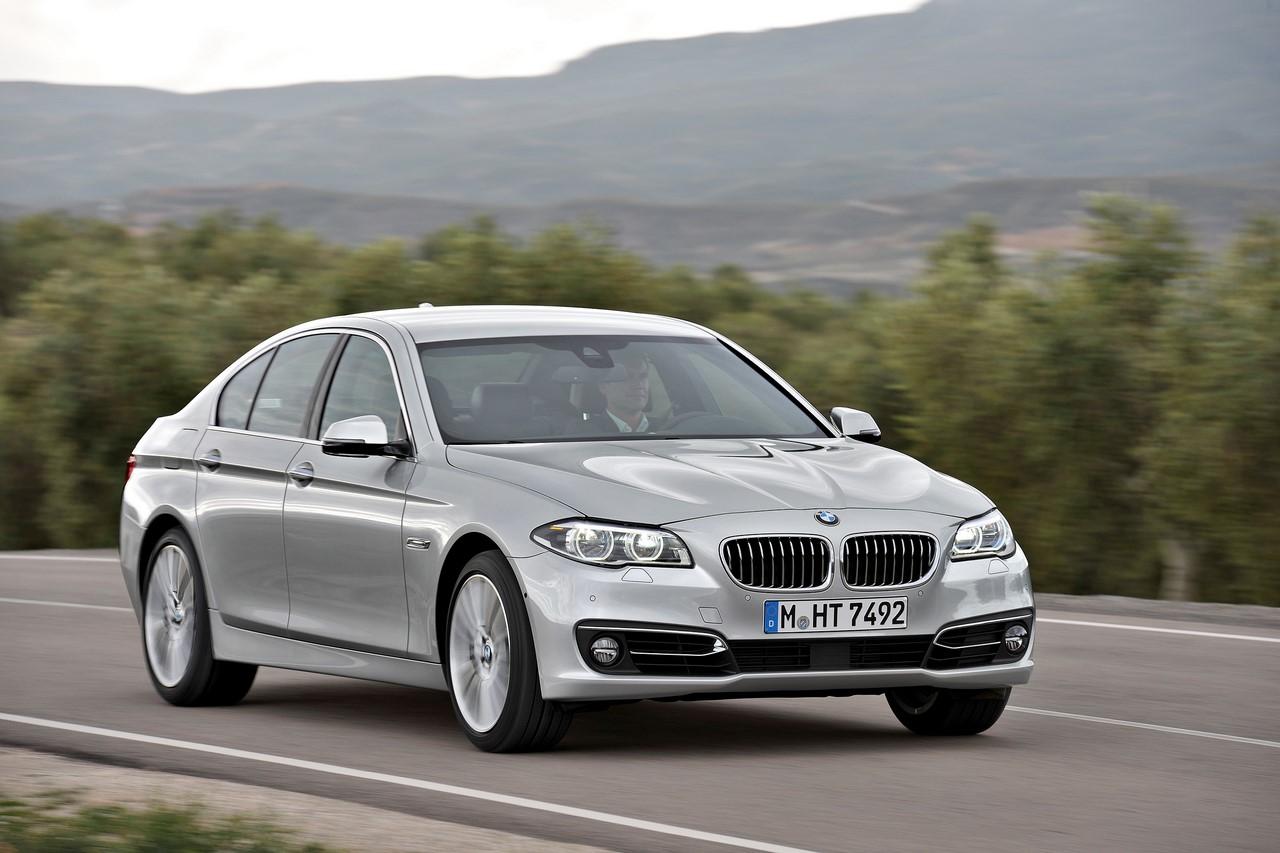2016 BMW 5 Series (BMW 520i) front three quarters