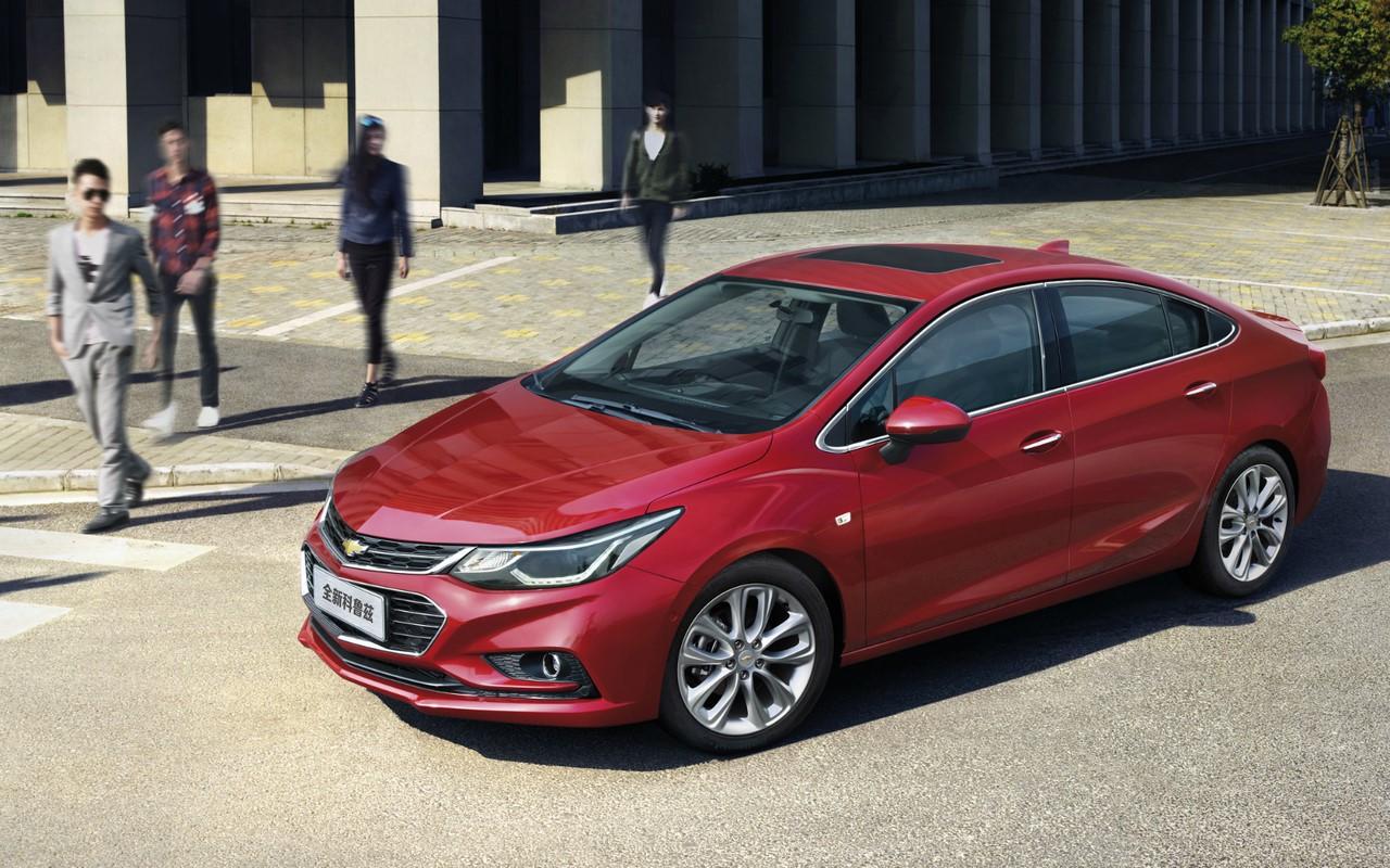 China-spec 2017 Chevrolet Cruze front three quarters