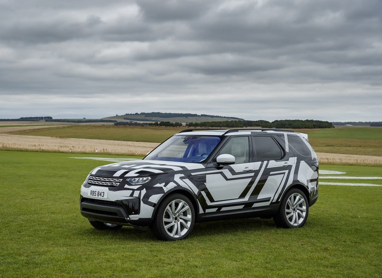 2017 Land Rover Discovery front three quarters (camouflaged)