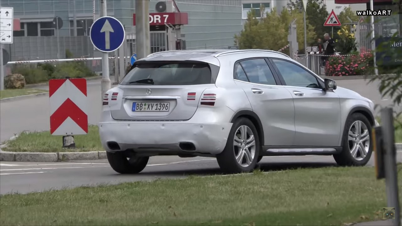 2017 Mercedes GLA (facelift) rear three quarters spy shot