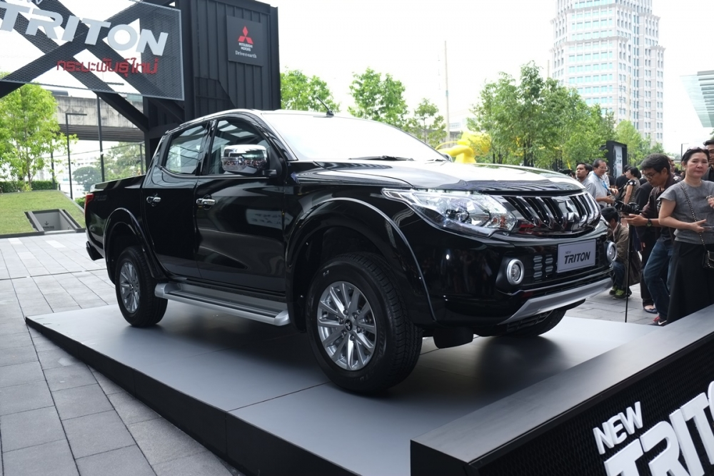 2017 Mitsubishi Triton front three quarter unveiled