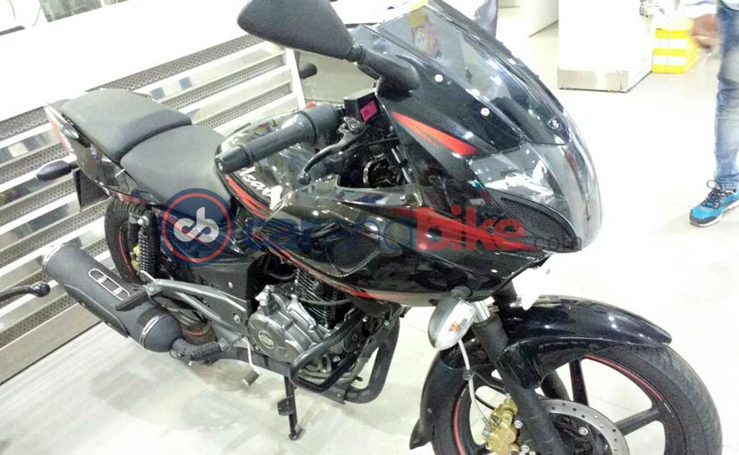 2017 Bajaj Pulsar 220F front three quarters
