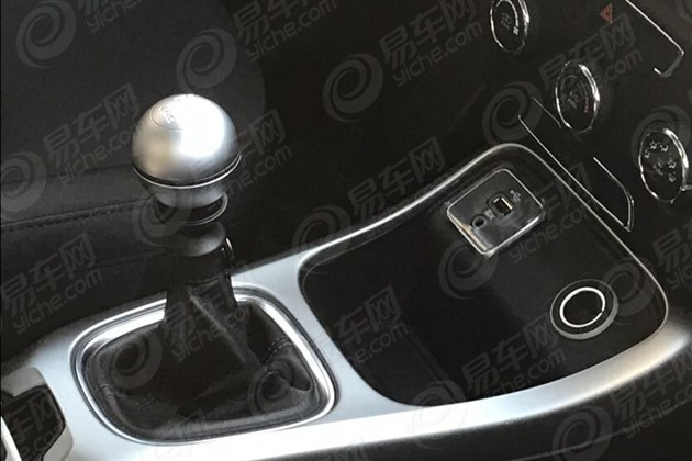 2017 Jeep Compass gearshift lever spy shot