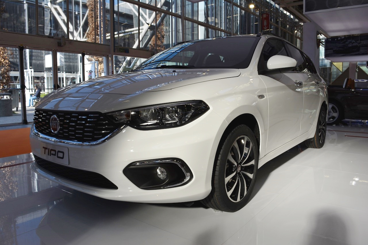 Fiat Tipo Station Wagon front three quarters at 2016 Bologna Motor Show
