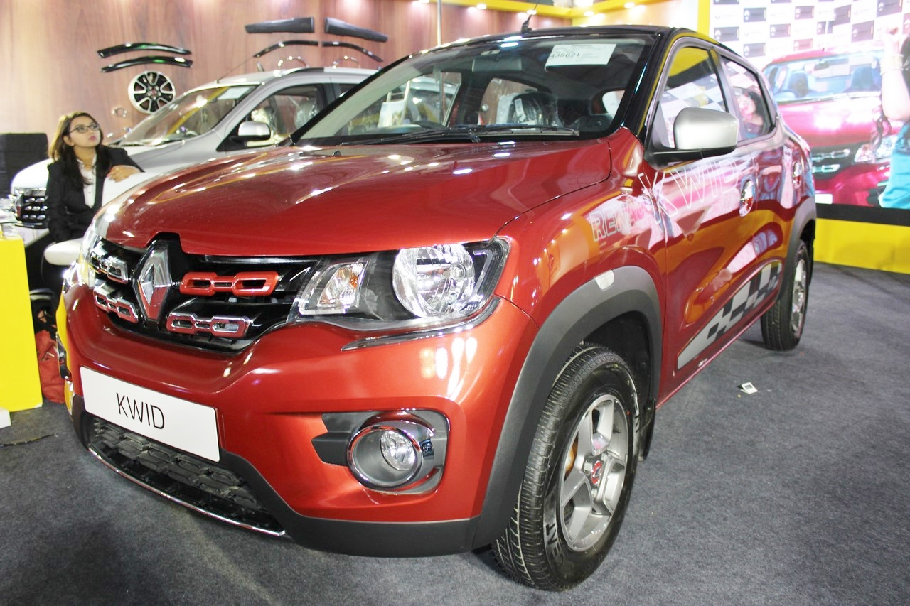 Renault Kwid (accessorised) front three quarters at Surat International Auto Expo 2017
