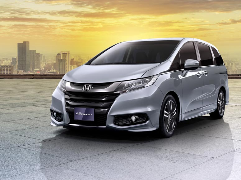 2017 Honda Odyssey (facelift) front three quarters left side official image