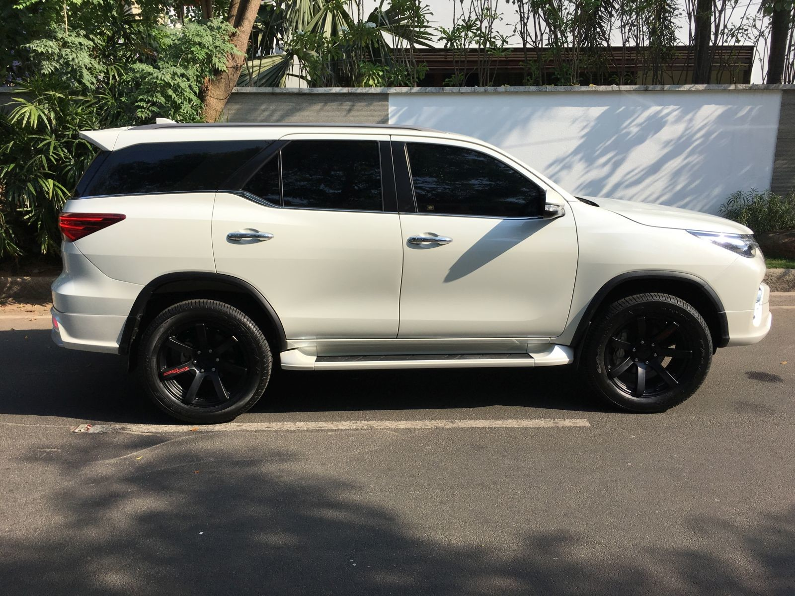 Toyota Fortuner with a 'Fiar Design' Body Kit side