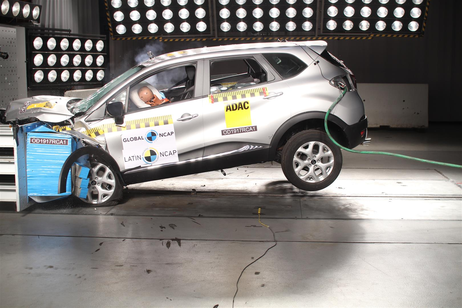 india bound renault captur scores 4 5 in latinncap crash test video. Black Bedroom Furniture Sets. Home Design Ideas