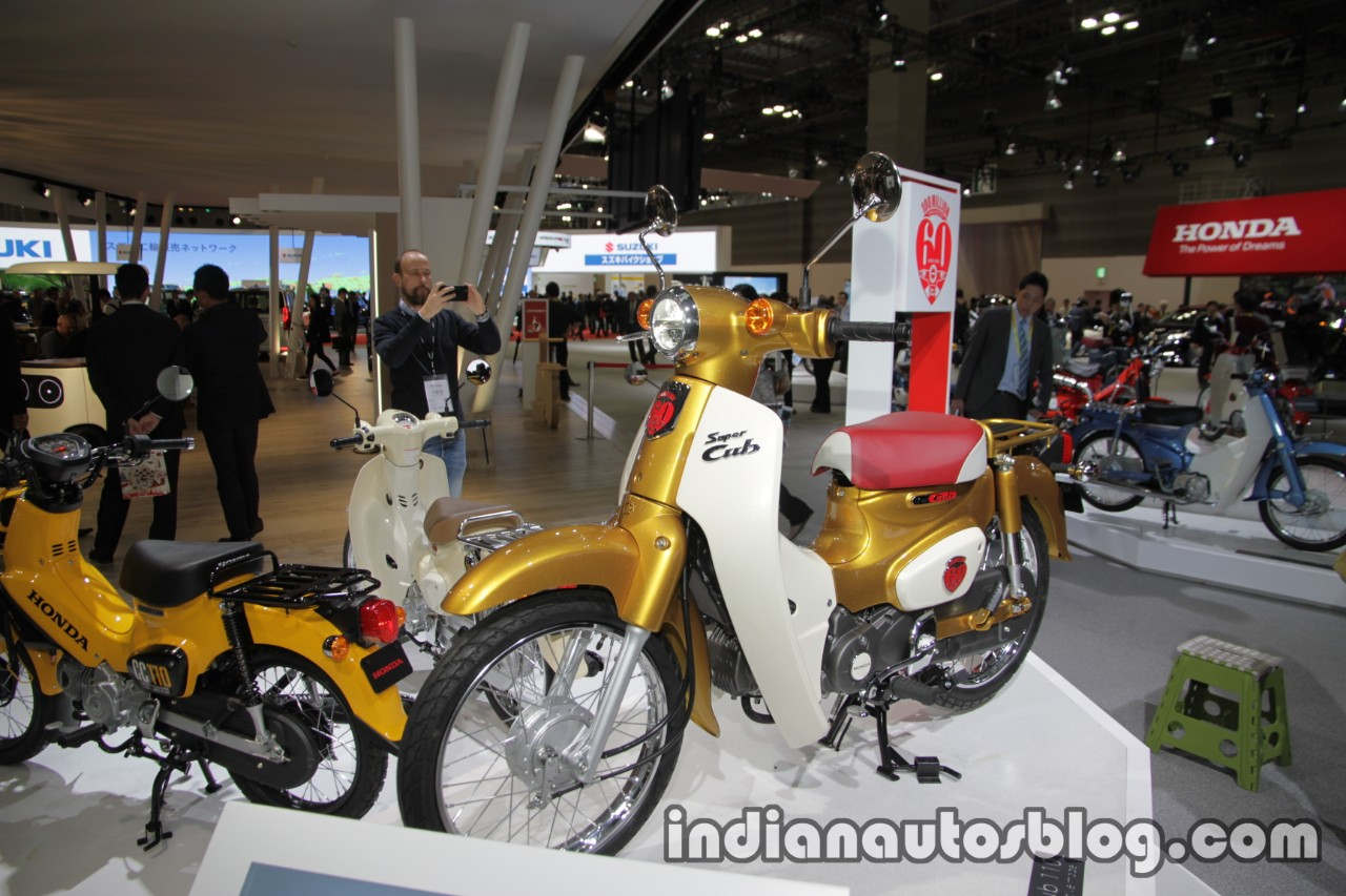 Honda Super Cub 110 Commemorative Edition front three quarters at 2017 Tokyo Motor Show