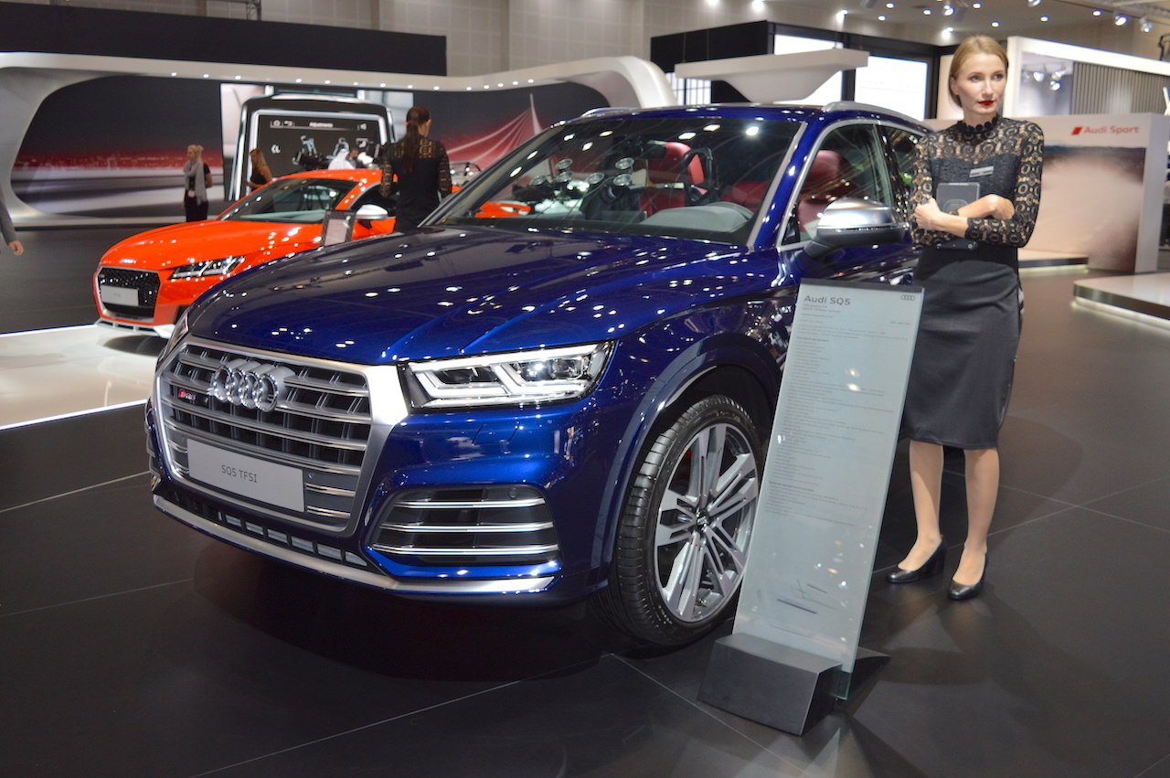 2017 Audi SQ5 front three quarters left side at 2017 Dubai Motor Show