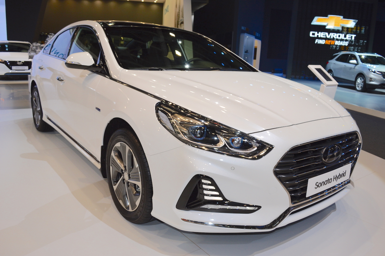 2018 Hyundai Sonata Hybrid (facelift) front three quarters at 2017 Dubai Motor Show
