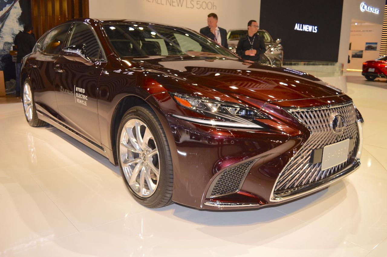 2018 Lexus LS front three quarters at 2017 Dubai Motor Show