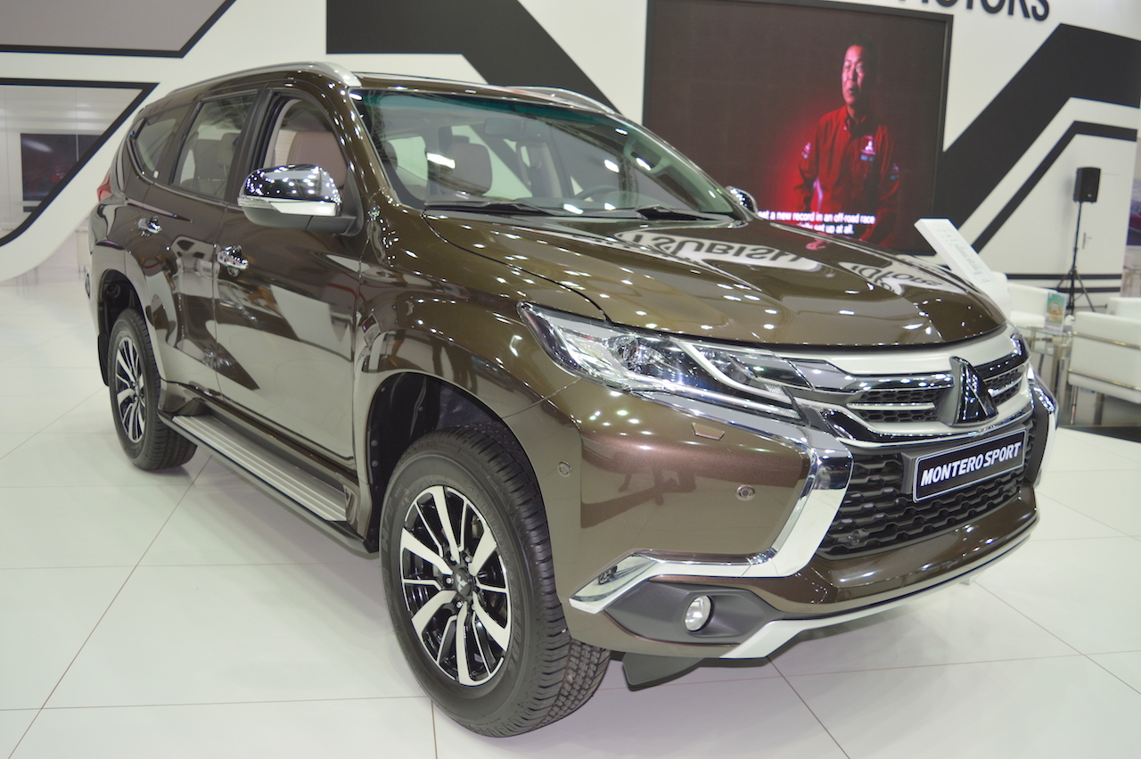 Mitsubishi Montero Sport front three quarters at the 2017 Dubai Motor Show