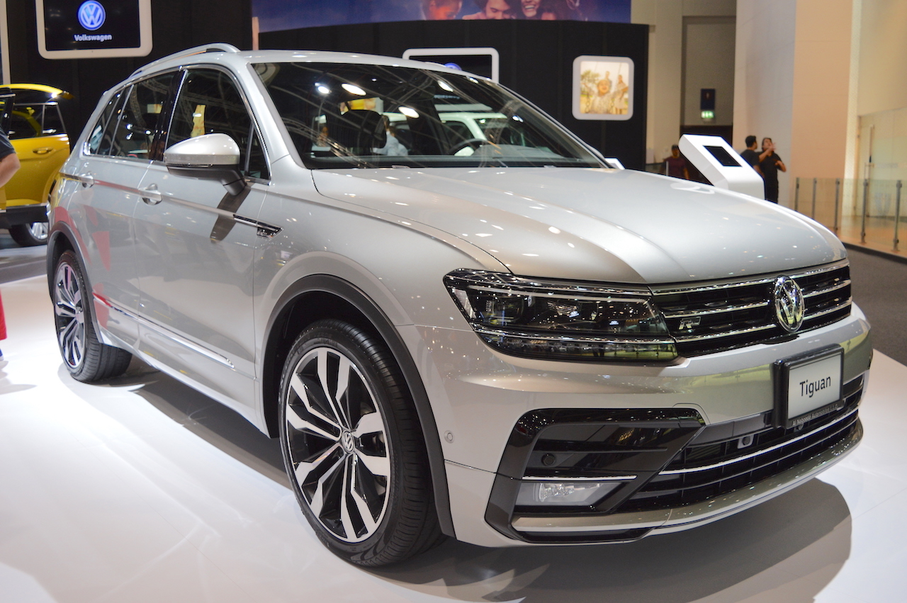 vw tiguan r line front three quarters at 2017 dubai motor show. Black Bedroom Furniture Sets. Home Design Ideas