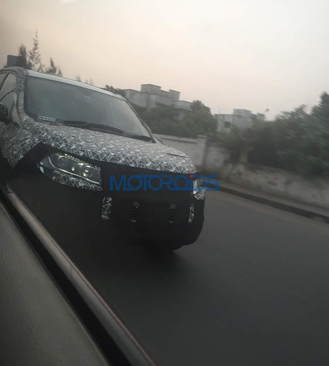 2018 Mahindra XUV500 (facelift) front three quarters spy shot