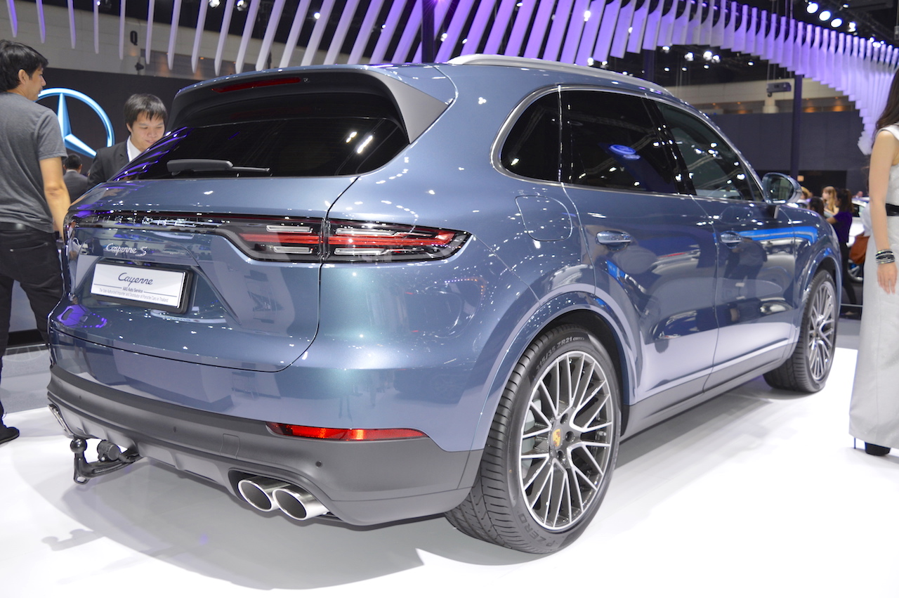 2018 Porsche Cayenne S rear three quarters at 2017 Thai Motor Expo.JPG
