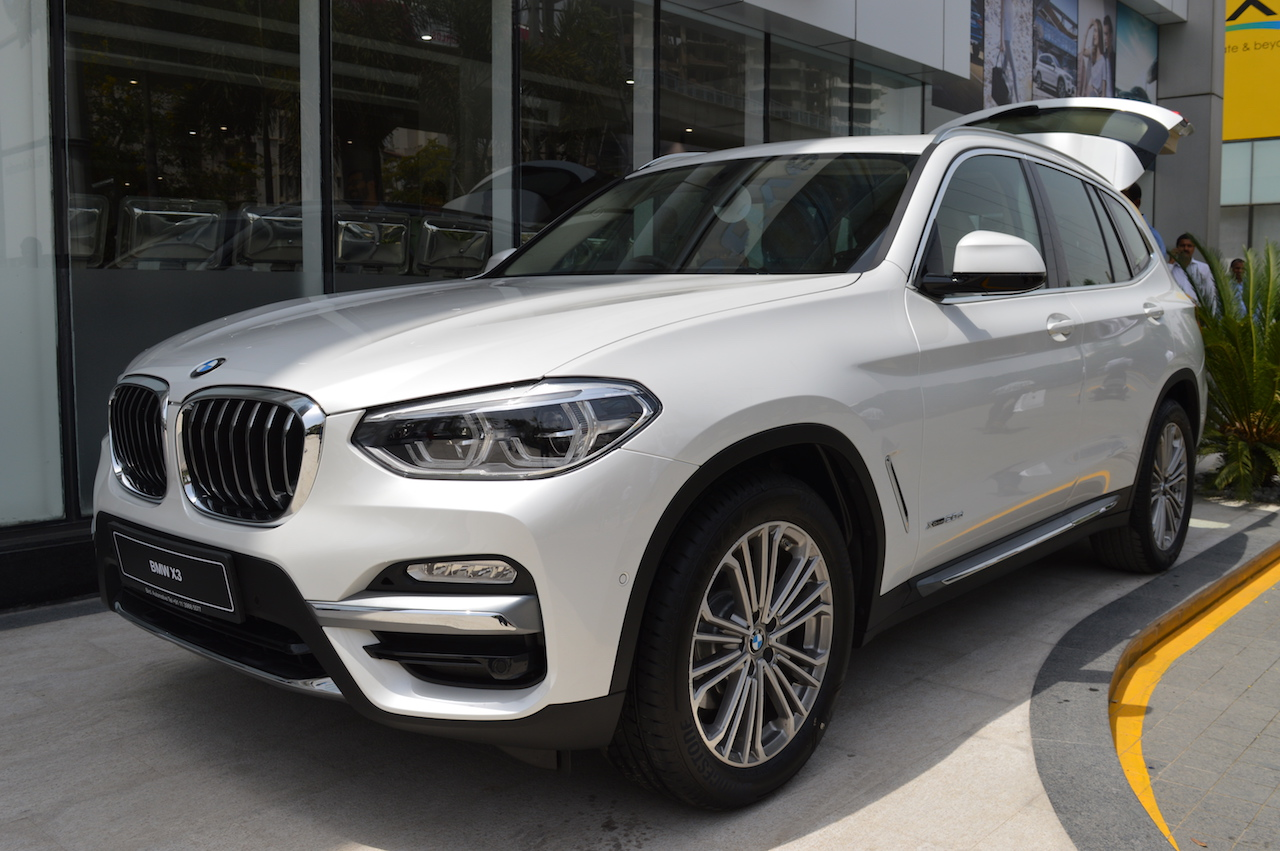 2018 BMW X3 Mineral White front seats