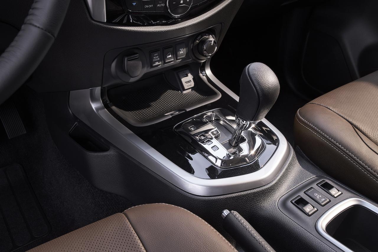 7-seat Nissan Terra gearshift lever