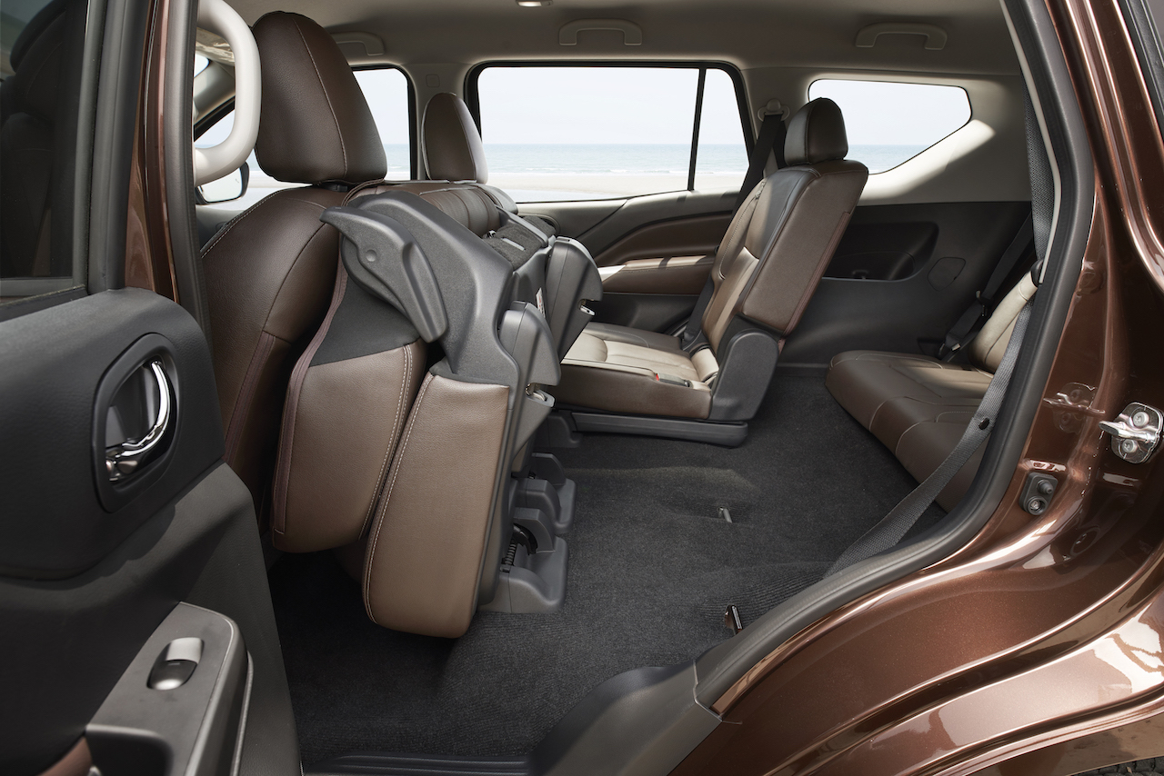 7-seat Nissan Terra second-row seat tumbled