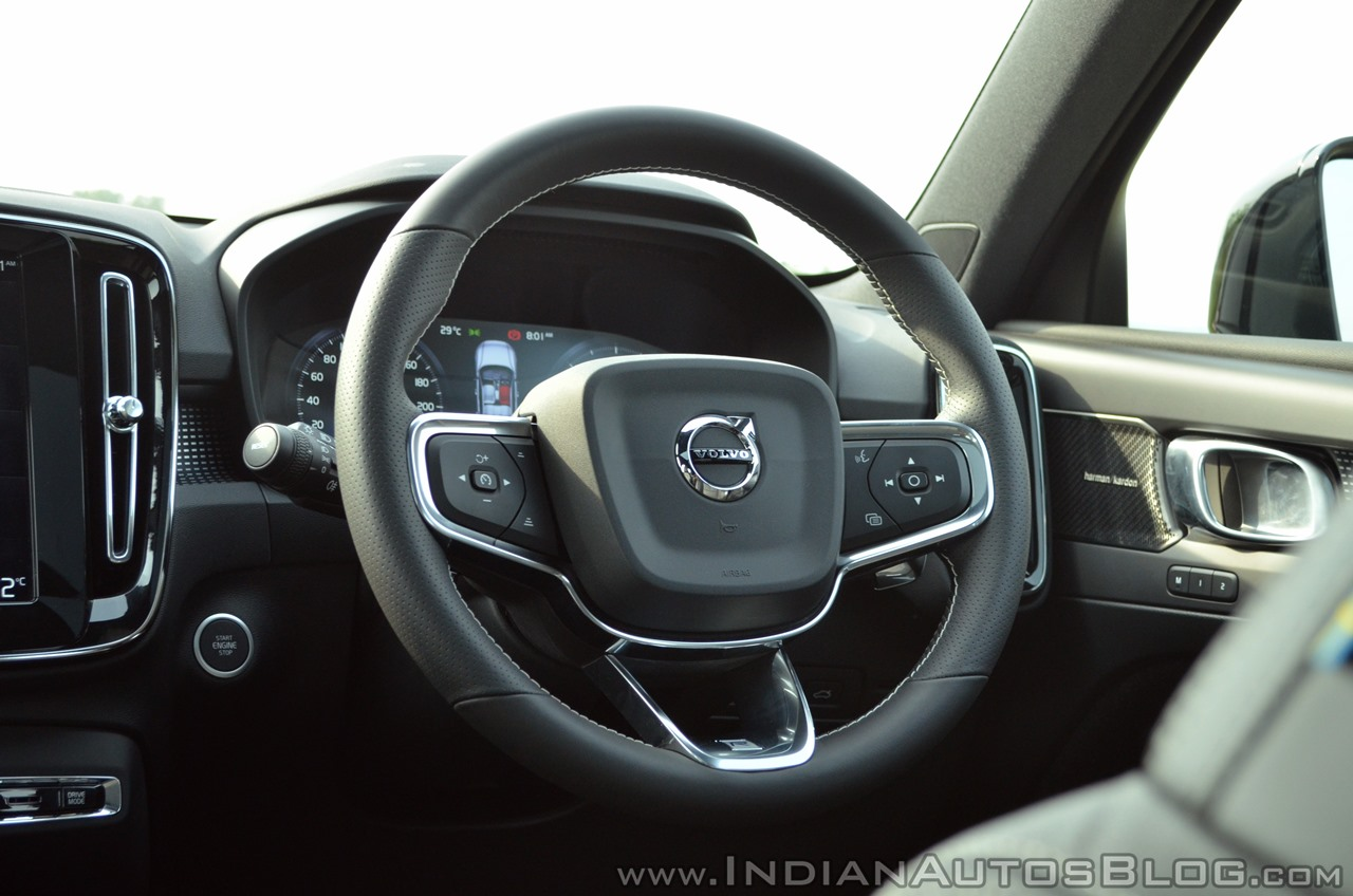 Volvo XC40 review steering wheel