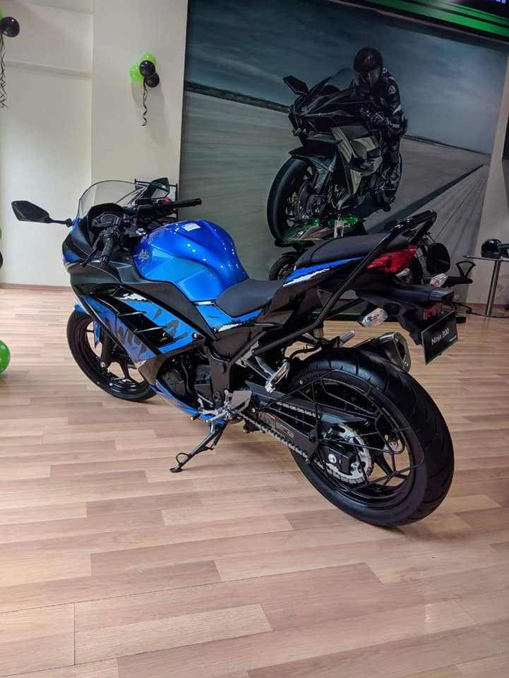 Kawasaki Ninja 300 2018 blue left quarter rear left quarter