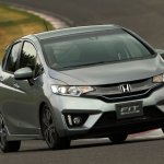 2014-Honda-Jazz-Fit-Hybrid-front-end-in-motion-03